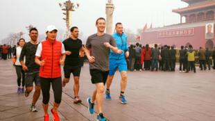 图为脸书创始人扎克伯格在北京跑步,2016年3月18日照片