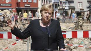 7月20日默克尔视察受灾的北莱茵-威斯特法伦州的巴特明斯特艾费尔市