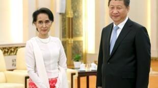 Bà Aung San Suu Kyi được Chủ tịch Trung Quốc Tập Cận Bình đón tiếp tại Bắc Kinh ngày 11/06/2015,