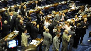 Senadores comemoram a aprovação da Lei da Ficha Limpa no Congresso Nacional, em Brasília.