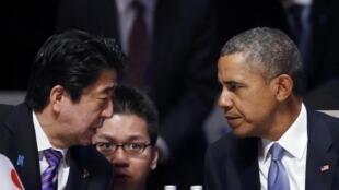 លោកនាយករដ្ឋមន្រ្តីជប៉ុន Shinzo Abe (រូបឆ្វេង) និងលោកប្រធានាធិបតីអាមេរិក អូបាម៉ា