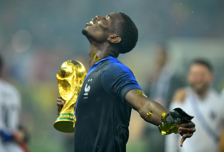 El jugador Paul Pogba celebra su primera Copa en la selección francesa.