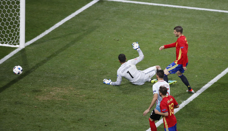 Alvaro Morata hạ gục thủ môn Thổ Nhĩ Kỳ trên sân Nice ngày 17/06/2016.