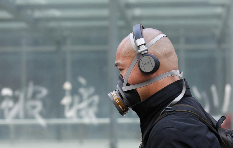 Un hombre lleva una máscara por la contaminación en Pekín, China.