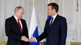 Shugaban Faransa Emmanuel Macron tare da shugaba Vladimir Putin na Rasha