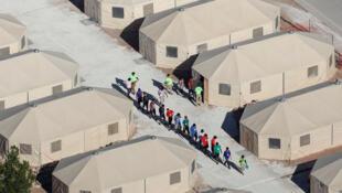 Des enfants migrants, dont plusieurs ont été séparés de leurs parents suite à la politique de «tolérance zéro» de l'administration Trump, sont hébergés dans des tentes, près de la frontière mexicaine à Tornillo, Texas, le 18 juin 2018