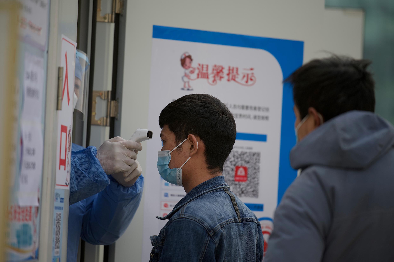 法广存档图片:北京在其中两个区开展大规模检测。 Image d'archive RFI: Pékin a lancé une campagne de tests de masse dans deux districts pour éteindre un groupe local de cas de coronavirus.