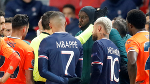 Players from Paris Saint-Germain and Istanbul Basaksehir walked off the pitch after a Uefa official was accused of racially insulting a member of the Turkish team's staff.