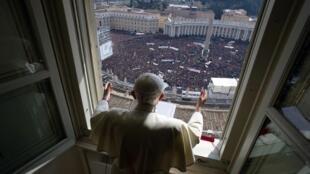 Dernier Angelus de Benoît XVI, le 24 février 2013. Le 11 février, il annonce que, «fatigué», il renonce à sa fonction de pape. Il decide de se retirer par la suite à Castel Gandolfo pour mener une vie de prières et méditations.