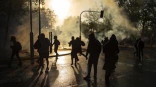Manifestantes chocan con la policía durante protesta contra el presidente chileno Sebastián Piñera en el centro de Santiago de Chile, el 2 de octubre de 2020