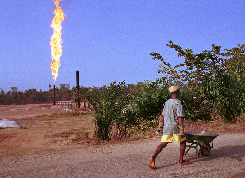 Un homme passe près d'un champ de pétrole au Nigeria.