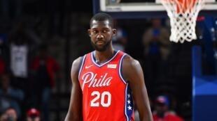 Le Tchadien Christ Koumadje, lors de sa courte expérience sous les couleurs des 76ers de Philadelphie (NBA).