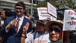 Le député thaïlandais Rangsiman Rome du parti Nouvel avenir, récemment dissous, défile lors d'une marche pour une nouvelle constitution, à Bangkok le 13 mars 2020.