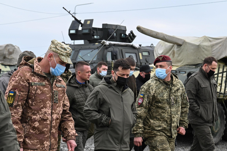 Tổng thống Ukraina Volodymyr Zelenskiy (thứ 2 từ trái) thăm phòng tuyến quân sự Kherson sát bán đảo Crimée, hôm 27/04/2021