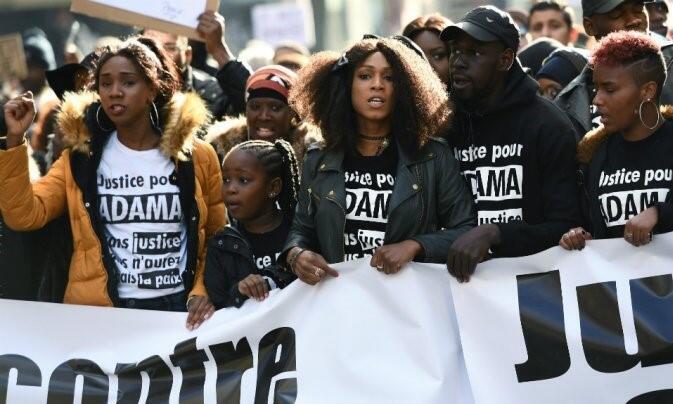 Асса Траоре (в центре фото) на манифестации против арестов в Понтуазе