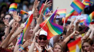 Milhares de pessoas celebraram o orgulho gay nas ruas de Paris neste sábado (30).