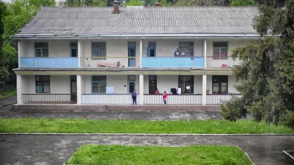 Les rapatriés de Naltchik peuvent compter sur l'aide apportée par la communauté. Ses membres passent au sanatorium leur déposer des sacs de victuailles.