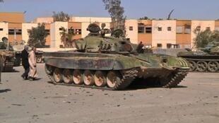 Tanque usado por ex-aliados do regime de Kadafi.