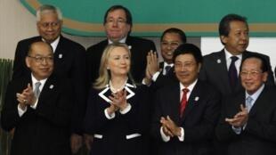 Các ngoại trưởng ASEAN - Hoa Kỳ chụp ảnh chung sau cuộc họp khối Thượng đỉnh Đông Á, Phnom Penh, Cam Bốt, 12/07/2012