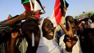 Waandamanaji wa Sudan wakiwa na mabango katika moja ya maandamano yao ya hivi karibuni.