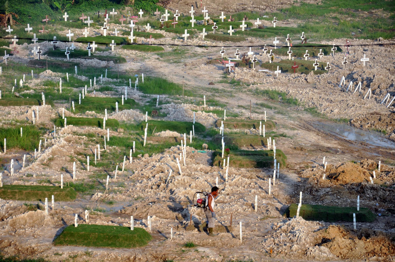 Un cimetière établi par le gouvernement indonésien à Medan, le 7 août 2020.