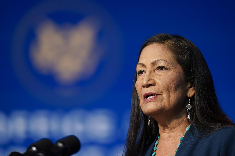 """Deb Haaland, indígena norte-americana, na equipe do ministério do Interior, é um dos nomes que representa essa """"cara da América"""" que Biden quer mostrar."""