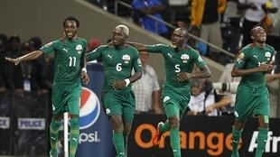 Burkina Faso's Jonathan Pitroipa (L) celebrates with his teammates after scoring a goal against Ethiopia, 25 January