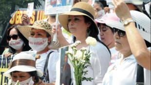 """Segunda Marcha de la Dignidad Nacional, """"Madres buscando a sus hijos e hijas y buscando la Justicia"""", Ciudad de México, 10 de mayo de 2013."""
