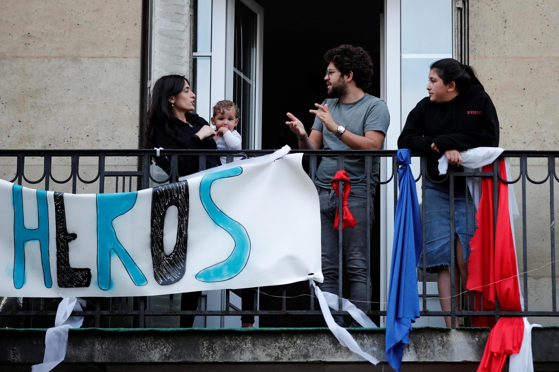 Tous les soirs, les français applaudissent les soignants à 20h.Ici, à Saint-Mandé le 5 mai 2020.