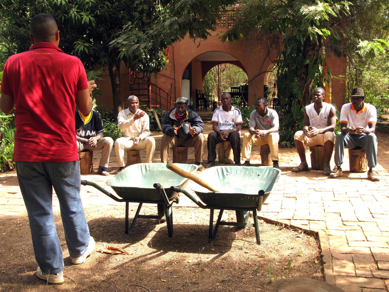 Les agriculteurs, venus de plusieurs régions du Mali, apprennent à réaliser une fosse à compost.