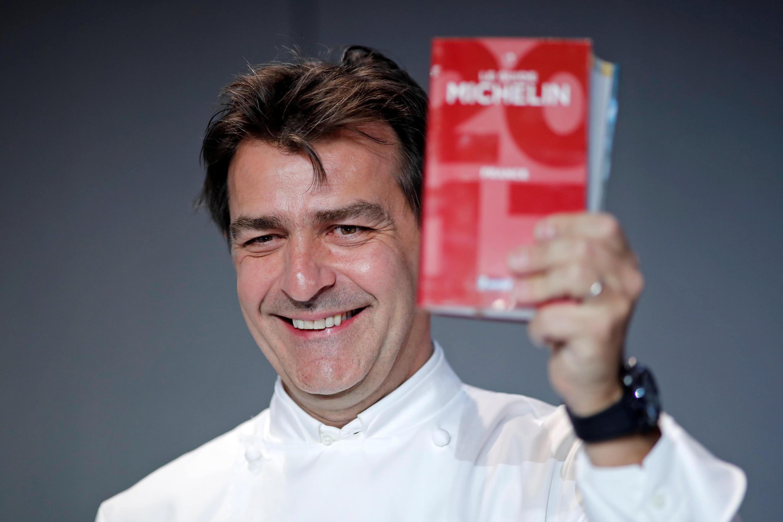 O chef francês Yannick Alléno comemora as três estrelas do Le 1947