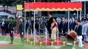 尼泊爾總統在加德滿都國際機場為到訪的中國國家主席習近平舉行歡迎儀式。