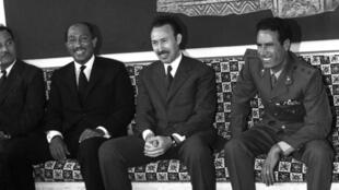 Le leader libyen Col. Mouammar Kadhafi (d), le président algérien Houari Boumédiène (c) et le président égyptien Anouar el-Sadate (g).
