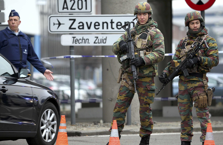 Controle policial próximo ao aeroporto de Bruxelas.