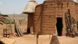 Le tata somba est une construction traditionnelle à des fins de protection, de résistance contre les ennemis et les bêtes sauvages.