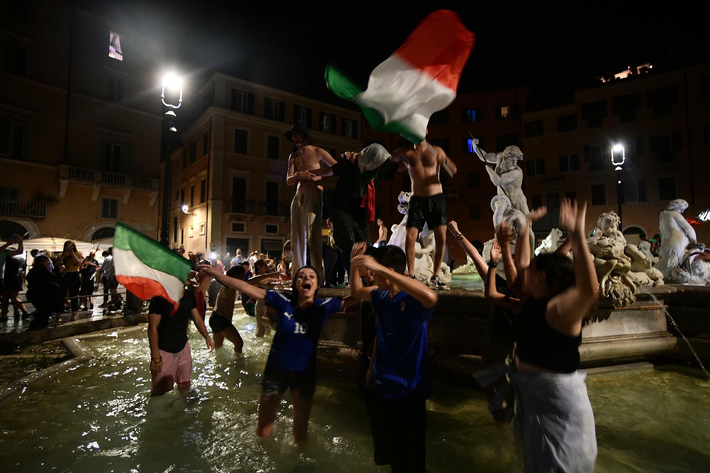 Des supporters italiens célèbrent la victoire de leur équipe à l'Euro sur la Piazza Navona de Rome le 11 juillet 2021