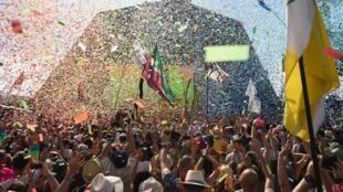 Los espectadores asiten al show de la cantante australiana Kylie durante el festival de Glastonbury en Somerset, suroeste de Inglaterra, el 30 de junio de 2019