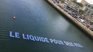 L'œuvre «H2O = $» d'Alice Beaude, flotte sur le bassin du Commerce en face du casino.