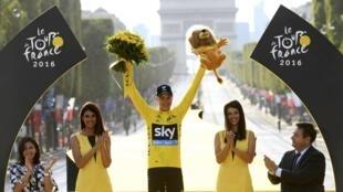 Chris Froome se alza con su tercer Tour de Francia, en el podio final de París, este 24 de julio de 2016.