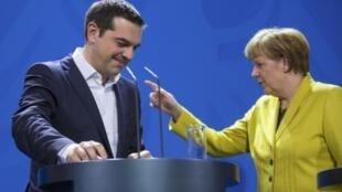 O primeiro-ministro da Grécia, Alexis Tsipras, e a chanceler alemã Angela Merkel, em seu primeiro encontro em Berlim em 23 de março de 2015.