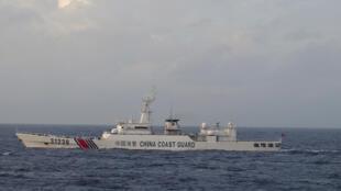 资料图片:日本海防队2015年12月22日 在钓鱼岛附近拍摄到的一艘中国海警船。