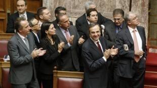 El primer ministro  Antonis Samaras recibe aplausos tras el voto, el 12 de noviembre de 2012.