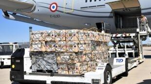 L'aide médicale à envoyer au Liban est chargée dans un Airbus A330 à l'aéroport de Roissy près de Paris, le 5 août 2020.