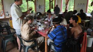 Station de recherche de Wanang. Laurent Soldati de l'INRA brandit un sachet «whirlpack», qui renferme des insectes collectés sur le mont Wilhelm.