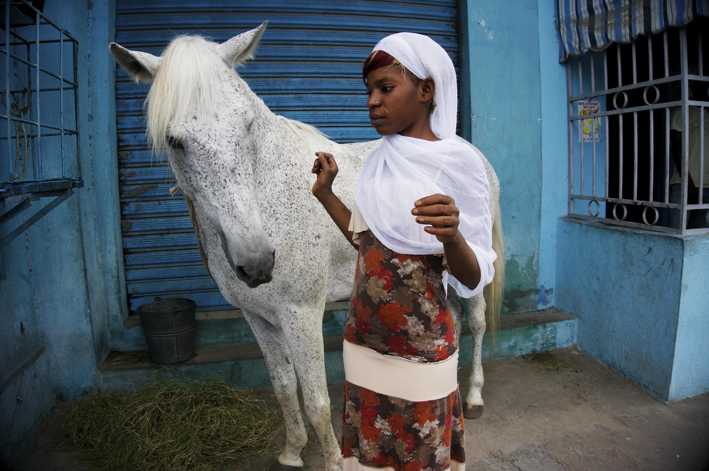 Photo issue de la série Go de nuit : Abidjan, les belles retrouvées. Une exposition photographique d'Éliane de Latour, jusqu'au 7 décembre à la Maison des métallos, Paris.