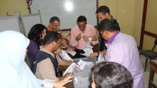 Dépouillement jeudi 24 mai 2012 au soir dans un bureau de vote du quartier de Sayeda Zeinab au Caire.