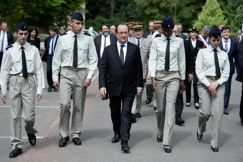 Shugaban Faransa Francois Hollande da wata tawagar jami'an tsaro