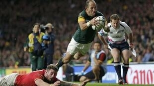 Decisive try for South Africa by Preez against Wales in the Rugby World Cup quarter final 2015