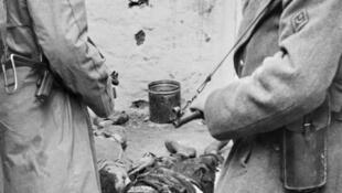 Des indépendantistes algériens abattus par des soldats français, le 5 janvier 1957 à Alger.