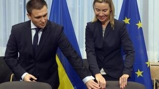 A chefe da diplomacia europeia, Federica Mogherini, e o chanceler ucraniano, Pavlo Klimkin durante reunião em Bruxelas 17/11/2014.